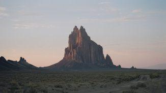 Shiprock (New Mexico) liegt in der Four Corners Region, wo aus dem Weltraum ein atmosphärischer Methan-Hotspot beobachtet werden kann. Derzeit befinden sich Wissenschaftler in dem Gebiet, um das Phänomen zu untersuchen. (Wikimedia Commons)