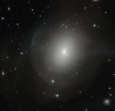 NGC 2865, aufgenommen vom Weltraumteleskop Hubble. (ESA / Hubble & NASA; Acknowledgement: Judy Schmidt)
