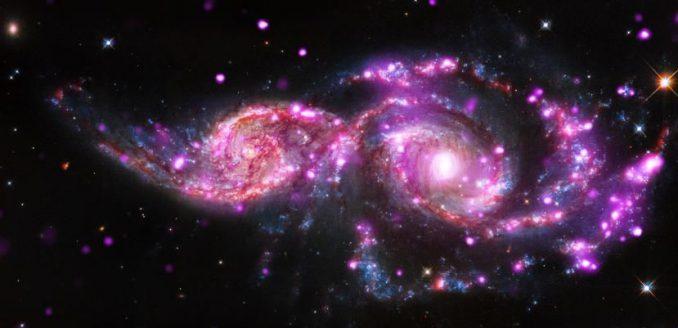 Die beiden Galaxien NGC 2207 und IC 2163, basierend auf Daten der Weltraumteleskope Chandra, Hubble und Spitzer. (NASA / CXC / SAO / STScI / JPL-Caltech)