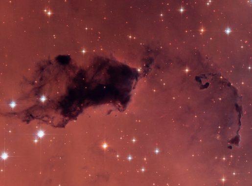 Auf dieser Hubble-Aufnahme sind dunkle Knoten aus Gas und Staub zu sehen, sogenannte Bok-Globulen. Dabei handelt es sich um dichte Taschen in größeren Molekülwolken. Ähnliche Inseln im jungen Universum könnten so viel Wasserdampf enthalten haben, wie wir heute in unserer Galaxie finden, obwohl sie tausendmal weniger Sauerstoff aufweisen. (NASA, ESA, and The Hubble Heritage Team)
