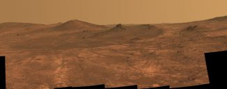 Die Pancam des Mars Exploration Rovers Opportunity hat dieses Mosaikbild des länglichen Kraters Spirit of St. Louis gemacht. Auffällig ist die 2-3 Meter hohe Felsnadel in der Bildmitte. (NASA / JPL-Caltech / Cornell Univ. / Arizona State Univ.)