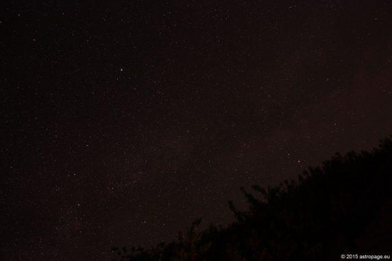Der Sternenhimmel über dem Veranstaltungsgelände des Internationalen Teleskoptreffens Vogelsberg ITV 2015 am Gederner See. Der helle Stern etwas links oberhalb der Bildmitte ist die Wega im Sternbild Leier. (astropage.eu)