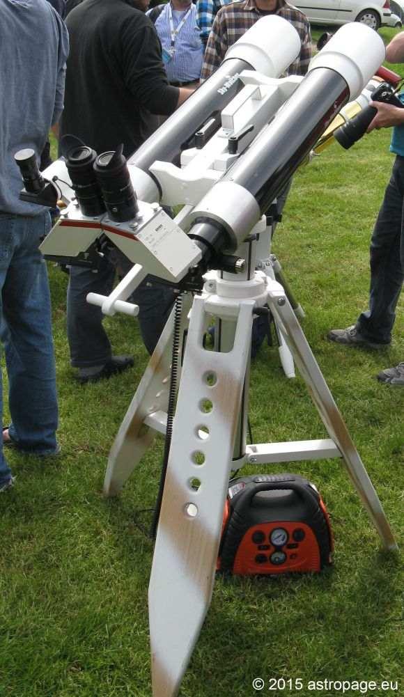 Bino aus zwei Skywatcher-Refraktoren inklusive elektrischer Hubsäule. (astropage.eu)