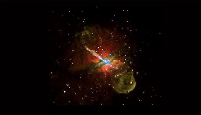 Die Galaxie Centaurus A liegt etwa zwölf Millionen Lichtjahre von der Erde entfernt und besitzt einen gigantischen Jet, der von ihrem zentralen supermassiven Schwarzen Loch ausgeht. Auf diesem Bild ist Röntgenstrahlung von geringer (rot), mittlerer (grün) und hoher Energie (blau) gekennzeichnet. (Photo courtesy NASA / CXC / U. Birmingham / M. Burke et al.)