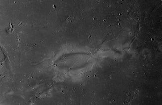Der Swirl Reiner Gamma auf der erdzugewandten Seite des Mondes. Eine neue Studie kommt zu dem Ergebnis, dass diese Swirls die Folge eines Kometeneinschlags sein könnten. (NASA / Lunar Reconnaissance Orbiter)