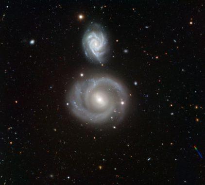 NGC 800 (oben) und NGC 799 (unten), aufgenommen vom Very Large Telescope der Europäischen Südsternwarte. (ESO)