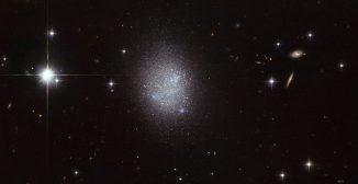Hubble-Aufnahme der blauen, kompakten Zwerggalaxie UGC 11411. (ESA / Hubble & NASA)