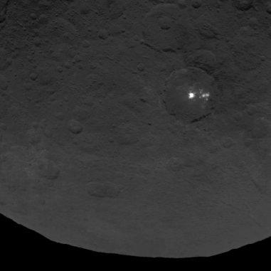 Eine Ansammlung rätselhafter, heller Flecken auf der Oberfläche des Zwergplaneten Ceres. Weitere Bilder und Daten könnten Aufschluss über die Natur der Flecken geben. (NASA / JPL-Caltech / UCLA / MPS / DLR / IDA)