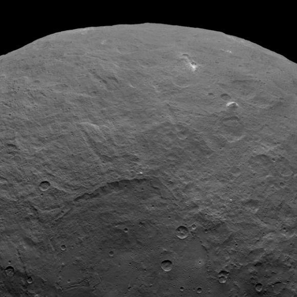 Im rechten Teil dieser Aufnahme ist ein pyramidenförmiger Berg zu sehen, der sich in einer relativ flachen Region befindet. (NASA / JPL-Caltech / UCLA / MPS / DLR / IDA)