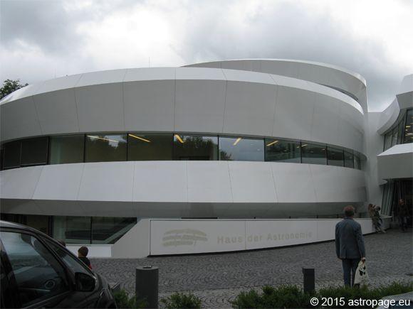Das Haus der Astronomie auf dem Königstuhl in Heidelberg. Der spiralförmige Grundriss kommt auf dem Foto leider nur ansatzweise zur Geltung. (astropage.eu)
