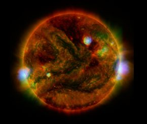 Dieses Bild basiert auf den Daten mehrerer Teleskope und zeigt eruptierende, aktive Regionen auf der Sonnenoberfläche. (NASA / JPL-Caltech / GSFC / JAXA)