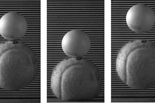 Standbilder eines Versuchs mit dem Zwei-Ball-Stoß-Problem - in diesem Fall mit einem Tennisball und einem Tischtennisball. (University of Bristol)