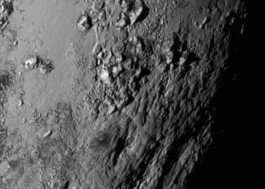 Nahaufnahme einer Region in der Nähe des Äquators von Pluto. Sie zeigt eine junge Berglandschaft mit bis zu 3.500 Meter hohen Bergen aus Eis. (NASA / JHU APL / SwRI)