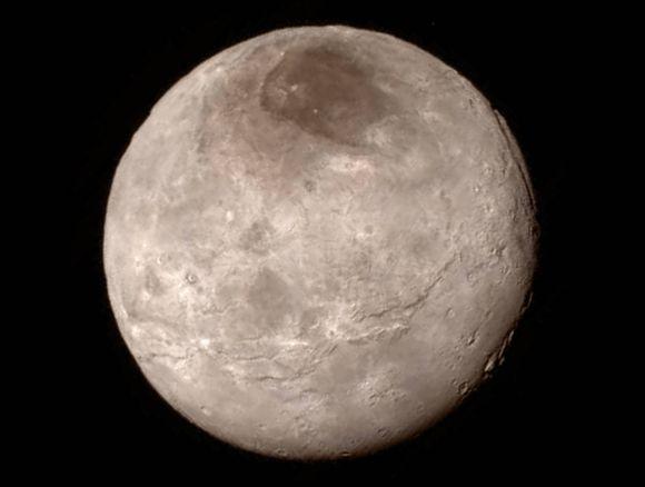 Diese Aufnahme zeigt Charon, den größten Mond Plutos. Deutlich erkennbar ist ein Grabenbruchsystem, das rund 600 Kilometer lang ist. Oben rechts ist ein etwa sieben bis neun Kilometer tiefer Canyon zu sehen. (NASA 7 JHU APL / SwRI)