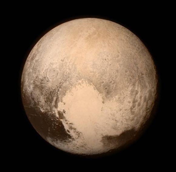 Der Zwergplanet Pluto aus einer Entfernung von 768.000 Kilometern. Die herzförmige Struktur nahe des Äquators fällt sofort ins Auge. (NASA / APL / SwRI)