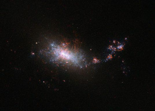 NGC 1140, aufgenommen vom Weltraumteleskop Hubble. (ESA / Hubble & NASA)