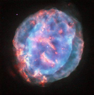 Der planetarische Nebel NGC 6818, aufgenommen vom Weltraumteleskop Hubble. (ESA / Hubble & NASA; Acknowledgement: Judy Schmidt (geckzilla.com))