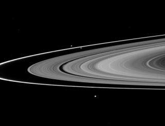 Cassini-Aufnahme von Saturns Ringsystem. Der F-Ring ist der äußerste Ring auf dem Bild. Seine Schäfermonde Prometheus und Pandora sind etwas oberhalb der Bildmitte zu sehen. (NASA / JPL / Space Science Institute)