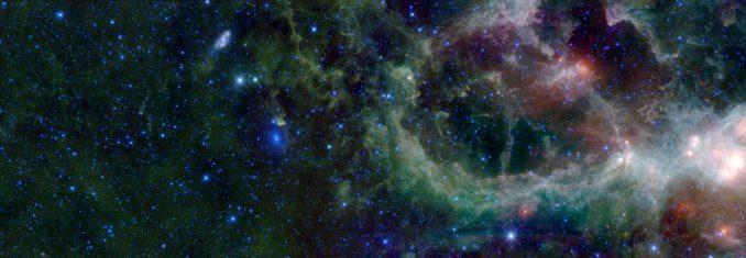 Der Herznebel im Sternbild Cassiopeia links daneben die beiden Galaxien Maffei 1 und 2, aufgenommen vom Weltraumteleskop WISE in infraroten Wellenlängen. (NASA / JPL-Caltech / UCLA)