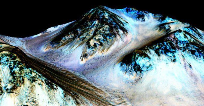 Bearbeitetes Falschfarbenbild von dunklen Streifen auf einem Abhang des Hale-Kraters auf dem Mars. Eine neue Studie lässt darauf schließen, dass fließendes Wasser an der Entstehung dieser Strukturen beteiligt ist. (NASA / JPL-Caltech / Univ. of Arizona)