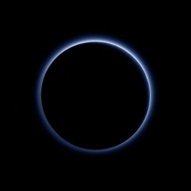 Blauer Dunst auf dem Zwergplaneten Pluto, aufgenommen von der NASA-Raumsonde New Horizons. Dieses Bild wurde mit Daten aus blauen, roten und nahinfraroten Aufnahmen erstellt, um der vom menschlichen Auge wahrgenommenen Farbe möglichst genau zu entsprechen. (NASA / JHUAPL / SwRI)