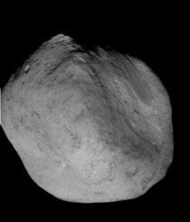 Ein Bild des Asteroiden Tempel 1, aufgenommen beim Besuch der Raumsonde Deep Impact. Der Asteroid ist etwa fünf Kilometer groß. (NASA / JPL-Caltech / Umd)