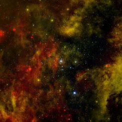 Die Sternentstehungsregion Cygnus OB2. Das Bild zeigt Röntgenemissionen, die von Chandra registriert wurden (blau), Infrarotdaten von Spitzer (rot) und optische Beobachtungen mit dem Isaac Newton Telescope (orange). (X-ray: NASA / CXC / SAO / J.Drake et al; Infrared: NASA / JPL-Caltech; Optical: Univ. of Hertfordshire / INT / IPHAS)