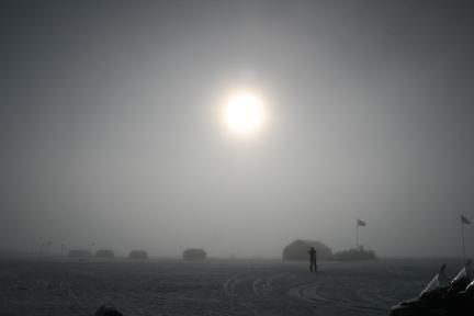 Die Sonne über der NEEM-Forschungsstation im Norden Grönlands. (Photo by: Raimund Muscheler)