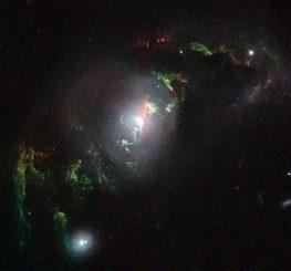 Die hier sichtbaren filamentähnlichen Strukturen wurden von dem Quasar in der Galaxie UGC 7342 zum Leuchten angeregt. (NASA, ESA, W. Keel (University of Alabama, USA))