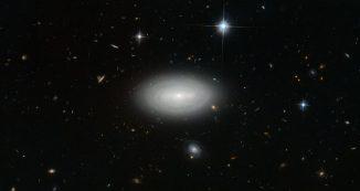 Die Galaxie MCG+01-02-15, aufgenommen vom Weltraumteleskop Hubble. (ESA / Hubble & NASA and N. Gorin (STScI); Acknowledgement: Judy Schmidt)