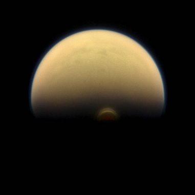 Mit Beginn des Winters auf Titans Südhalbkugel bildet sich ein Wolkensystem, dem man die Bezeichnung Südpolarwirbel gab. (NASA / JPL-Caltech / Space Science Institute)