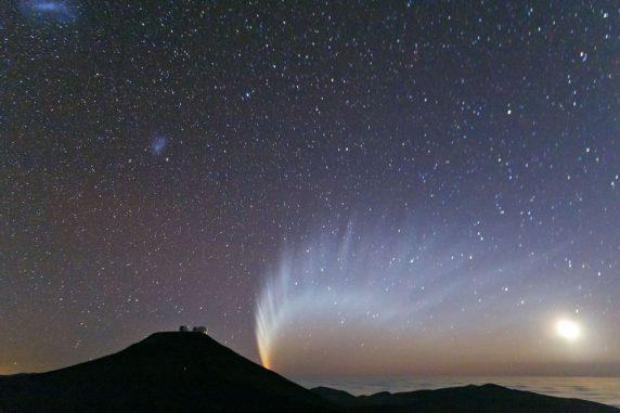Der Komet McNaught geht hinter dem Mount Paranal unter. (S. Deiries / ESO)