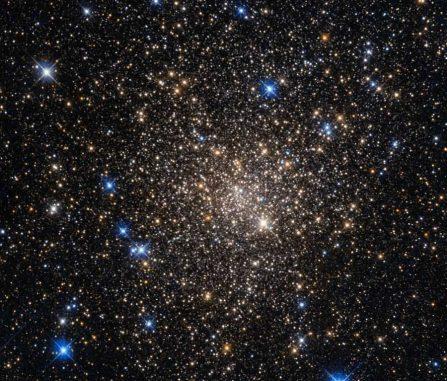 Der Kugelsternhaufen Terzan 1 gehört zu unserer Milchstraßen-Galaxie. (NASA & ESA; Acknowledgement: Judy Schmidt (Geckzilla))