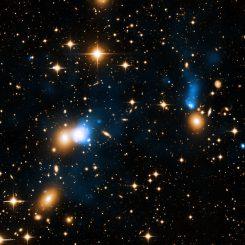 Der Galaxienhaufen Zwicky 8338. Rechts sind die Galaxie CGCG254-021 und ihr Röntgenschweif zu sehen. (X-ray: NASA / CXC / University of Bonn / G. Schellenberger et al; Optical: INT)