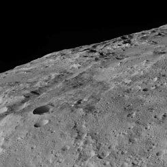 Die Region um die Kraterkette Gerber Catena auf dem Zwergplaneten Ceres, aufgenommen von der Raumsonde Dawn. (NASA / JPL-Caltech / UCLA / MPS / DLR / IDA)