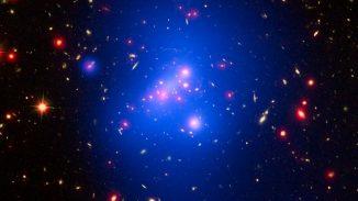 Diese Aufnahme zeigt den Galaxienhaufen IDCS 1426. Die Röntgendaten Chandras sind in blau dargestellt, Hubbles Beobachtungen in sichtbaren Wellenlängen sind grün und das von Spitzer registrierte Infrarotlicht ist in roten Farbtönen gekennzeichnet. (NASA / CXC / Univ of Missouri / M.Brodwin et al; NASA / STScI; JPL / CalTech)