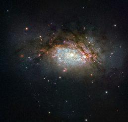 NGC 3597, aufgenommen vom Weltraumteleskop Hubble. (ESA / Hubble & NASA; Acknowledgement: Judy Schmidt)