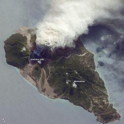 Vulkanische Aktivität auf der Insel Montserrat, aufgenommen von Bord der Internationalen Raumstation ISS. (Caption by William L. Stefanov, NASA-JSC)