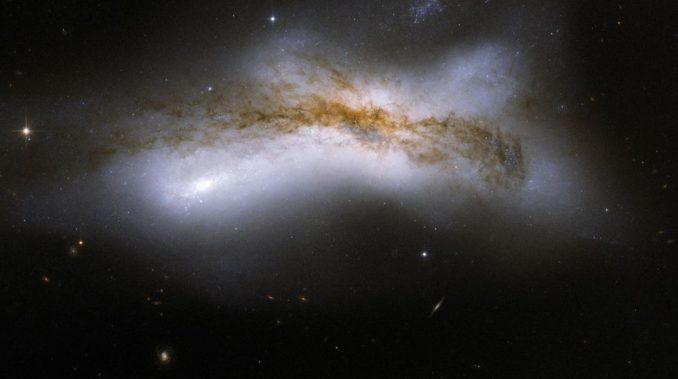 Hubble-Aufnahme des Galaxienpaares NGC 520 im Sternbild Fische. (NASA, ESA, the Hubble Heritage Team (STScI / AURA) - ESA / Hubble Collaboration, and B. Whitmore (STScI))