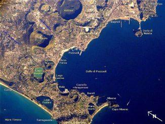 Die Phlegräischen Felder inklusive Beschriftungen markanter Merkmale auf der Oberfläche, aufgenommen von Bord der Internationalen Raumstation ISS. (NASA)
