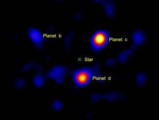 Der Stern HR 8799 (in der Mitte hier nicht sichtbar) und drei seiner vier Planeten, aufgenommen vom Hale Telescope. (NASA / JPL-Caltech / Palomar Observatory)