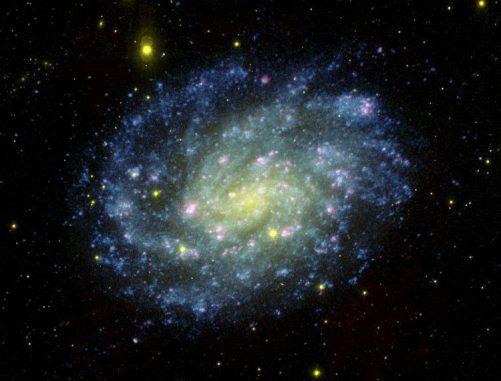 Das Bild zeigt die mehr als sechs Millionen Lichtjahre entfernte Galaxie NGC 300. In ihr entdeckten Forscher den Supernova-Hochstapler. (NASA / JPL-Caltech / OCIW)