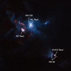 Die jungen Sterne XZ Tauri (links), HL Tauri (oben) und V1213 Tauri (unten), aufgenommen vom Weltraumteleskop Hubble. (ESA / Hubble and NASA; Acknowledgement: Judy Schmidt)