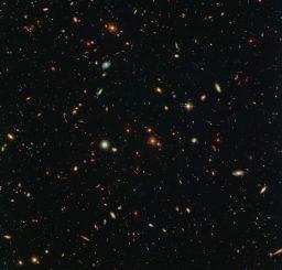 Galaxien in einem benachbarten Himmelssektor neben dem Galaxienhaufen Abell 2744. (NASA, ESA and the HST Frontier Fields team (STScI); Acknowledgement: Judy Schmidt (Geckzilla))