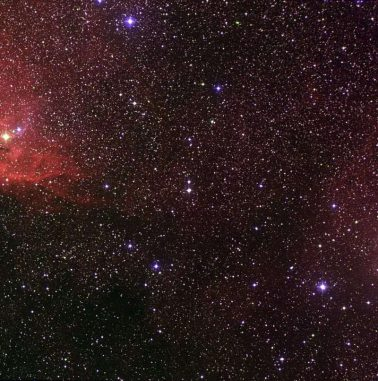 Weitfeldaufnahme der Röntgenquelle Cygnus X-1, aufgenommen im Rahmen des Digitized Sky Survey 2. (NASA, ESA, and the Digitized Sky Survey 2. Acknowledgment: Davide De Martin (ESA / Hubble))