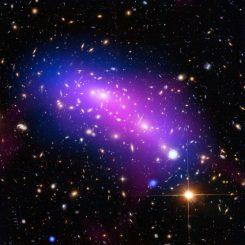 Der Galaxienhaufen MACS J0416, basierend auf Daten der Weltraumteleskope Hubble und Chandra sowie des Very Large Array. (NASA, ESA, CXC, NRAO / AUI / NSF, STScI, and G. Ogrean (Stanford University); Acknowledgment: NASA, ESA, and J. Lotz (STScI), and the HFF team)