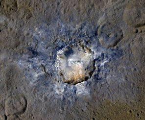 Falschfarbenaufnahme des Kraters Haulani auf der Oberfläche des Zwergplaneten Ceres. (NASA / JPL-Caltech / UCLA / MPS / DLR / IDA)