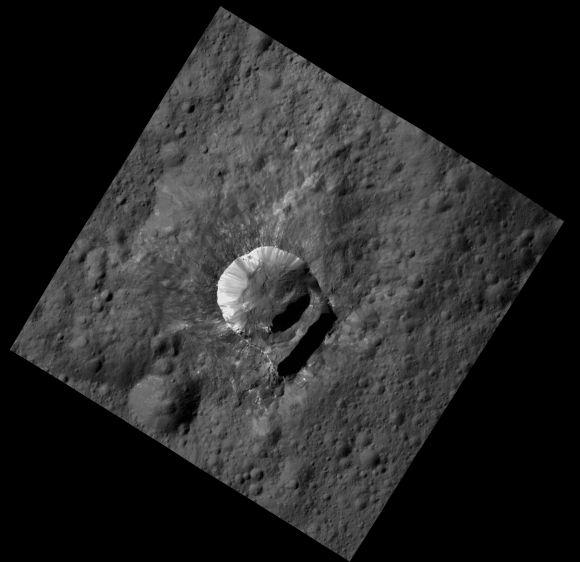 Der Krater Oxo mit seinem teilweise eingebrochenen Kraterrand. (NASA / JPL-Caltech / UCLA / MPS / DLR / IDA / PSI)