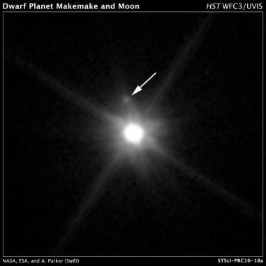 Hubble-Aufnahme des Zwergplaneten Makemake und des neu entdeckten Mondes MK 2. (NASA, ESA, A. Parker and M. Buie (Southwest Research Institute), W. Grundy (Lowell Observatory), and K. Noll (NASA GSFC))