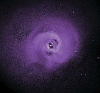 Chandra-Bild des Perseus-Galaxienhaufens. Die dunklen Blasen stehen mit Materieausströmungen in der Nähe des zentralen supermassiven Schwarzen Lochs in Zusammenhang. Daten des Satelliten Hitomi haben ergeben, dass die Turbulenzen in der Zentralregion klein sind. Das heißt, dass die Fehler in vorherigen Massenbestimmungen von Galaxienhaufen mittels Röntgenbeobachtungen gering sind. (NASA / Chandra, Nature, and the Hitomi Collaboration)